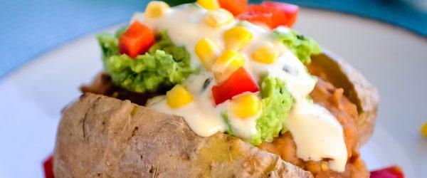 mexicaanse gepofte aardappel met sour cream en salsa